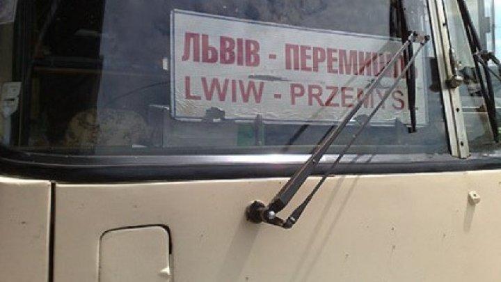 Arme şi sute de mii de gloanţe, descoperite într-un autobuz pe ruta Ucraina-Polonia