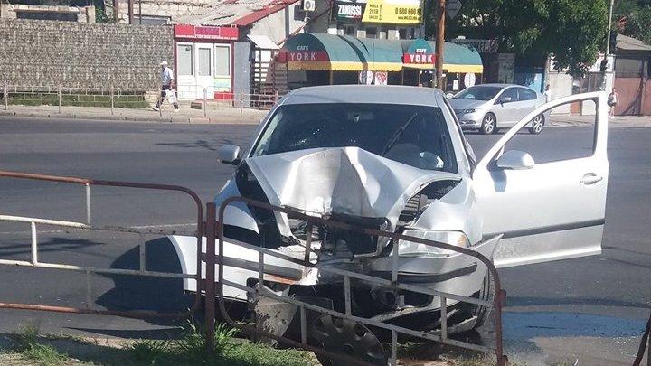 Accident violent în Centrul Capitalei. A pierdut controlul volanului și a intrat cu mașina într-un gard (FOTO)