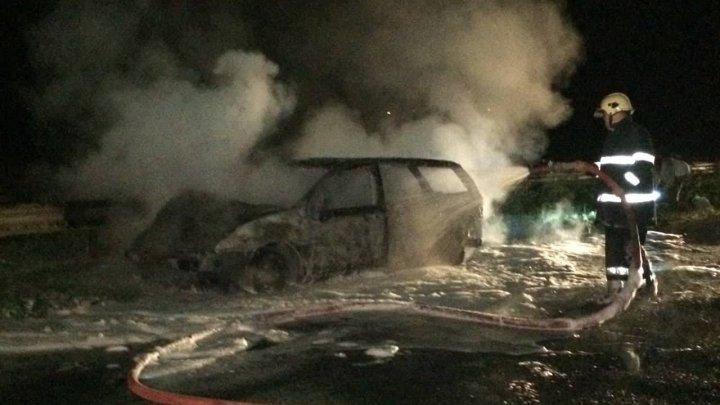 O maşină în care se aflau cinci persoane, inclusiv un copil de 1 an, A FOST FĂCUTĂ SCRUM. Pompierii au intervenit pentru a lichida incendiul