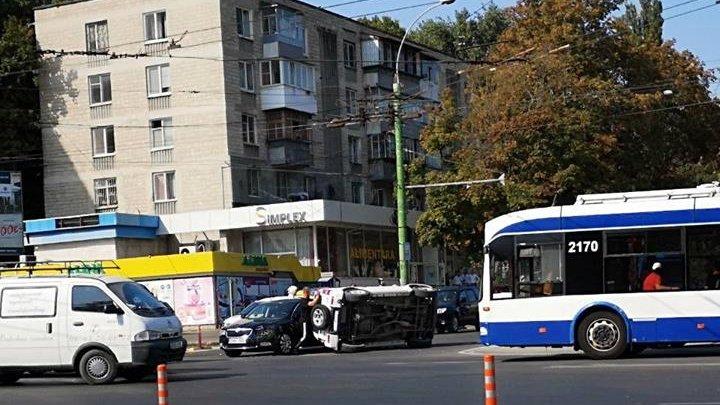 Accident în sectorul Botanica. O mașină s-a răsturnat în mijlocul drumului (FOTO)