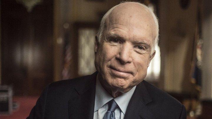 Donald Trump a ordonat arborarea în bernă a drapelului american, în onoarea lui John McCain