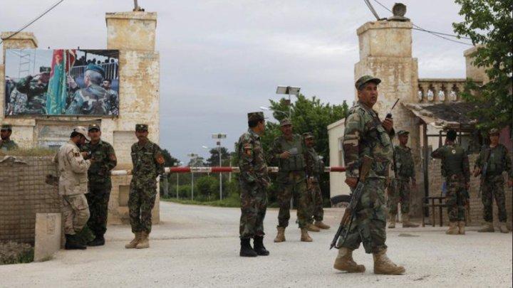 Cel puţin 40 de militari au murit în Afganistan după ce baza lor militară a fost atacată de talibani