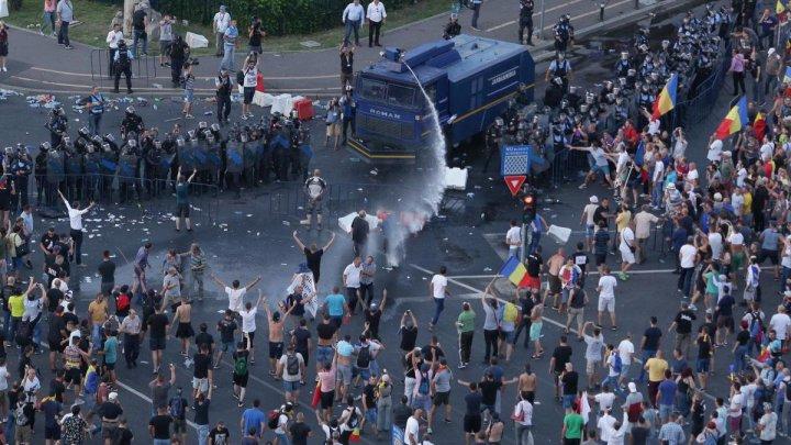 PROTEST ÎN ROMÂNIA. Jandarmii intervin cu gaze lacrimogene. 140 de persoane şi jandarmieri, rănite