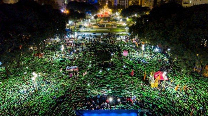 Senatul Argentinei respinge legalizarea avortului. Mii de oameni au ieşit în stradă