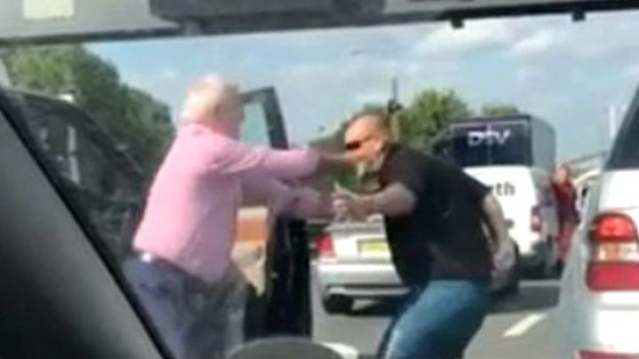 PUMNI şi ÎMBRÂNCELI! Momentul în care doi șoferi se bat în trafic (VIDEO)