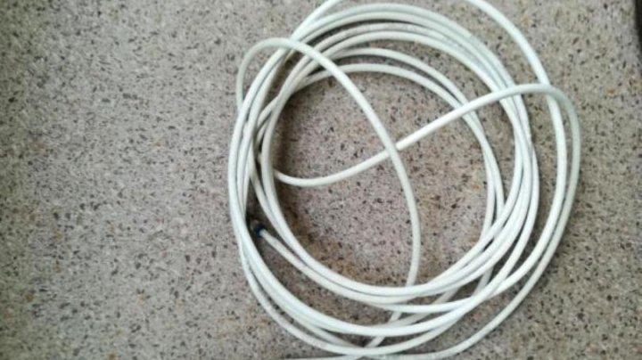 CAZ ŞOCANT! Un copil de 3 ani lăsat nesupravegheat de parinţi s-a strangulat cu un cablu TV