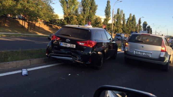 ATENŢIE ŞOFERI! Trafic îngreunat pe Viaduct din cauza unui accident rutier (FOTO)