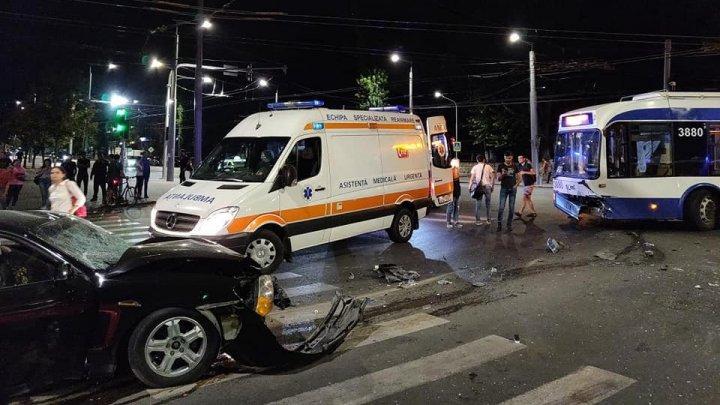 ACCIDENT GRAV lângă Universitatea de Medicină din Capitală. O mașină s-a tamponat VIOLENT cu un troleibuz (GALERIE FOTO)