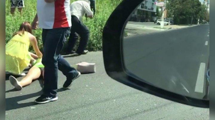 ACCIDENT TERIBIL în Capitală. O femeie a fost lovită chiar pe trecerea de pietoni de un șofer de microbuz (VIDEO)
