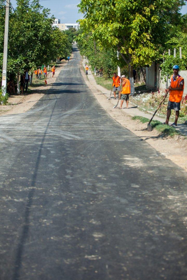 Pavel Filip, întâmpinat cu plăcinte de locuitorii satului Răscăieții Noi, după ce drumul din sat a fost reparat