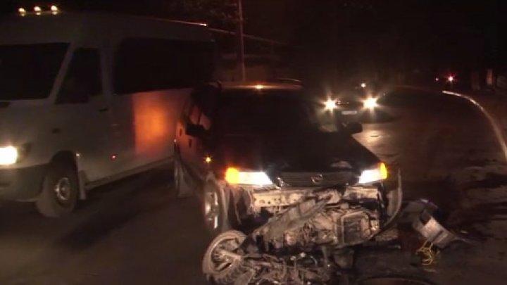 ACCIDENT DE GROAZĂ LA DURLEȘTI! Două persoane au ajuns la spital, după ce s-au izbit cu motoreta într-un automobil