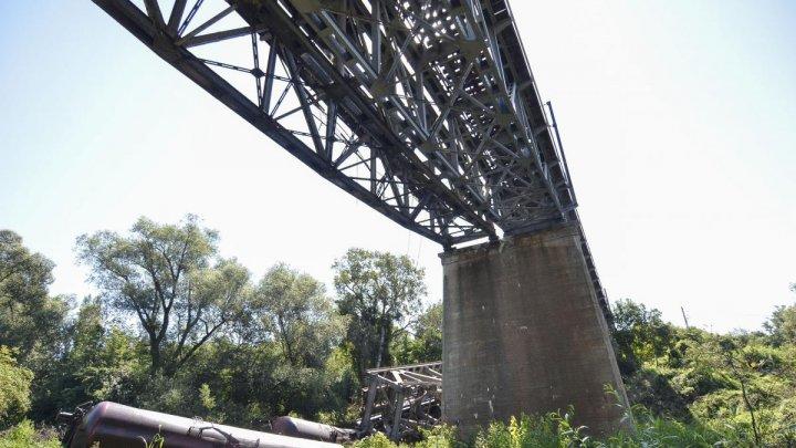 Un tren de marfă a căzut de pe un pod care s-a rupt, în apropiere de Craiova. Mecanicul era băut