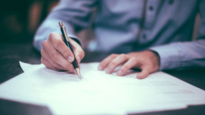 Un bărbat a trimis o scrisoare în numele unei fantome pentru a o face pe fosta lui logodnică să se întoarcă la el. Ce i-a răspuns aceasta