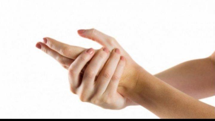 Un student de la UTM a inventat o mână artificială care poate fi manevrată cu puterea gândului