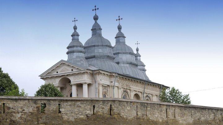 15 muncitori vietnamezi au venit în România să repare o mănăstire (VIDEO)
