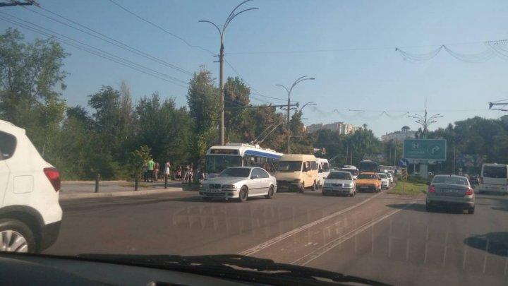 Accident în Capitală. Două maşini s-au ciocnit violent (FOTO)