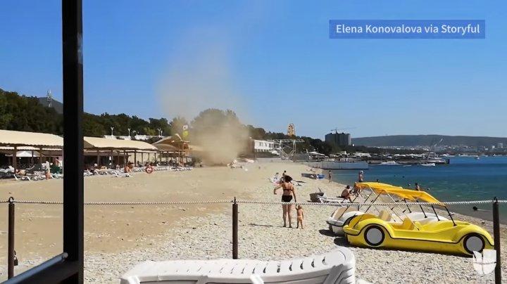 Momente de panică la Marea Neagră. O furtună de nisip s-a iscat din senin şi a măturat o plajă (VIDEO)