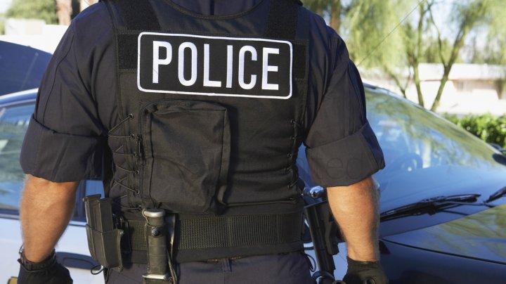 IMAGINI REVOLTĂTOARE! Un polițist lovește de mai multe ori o fata în vârstă de 14 ani