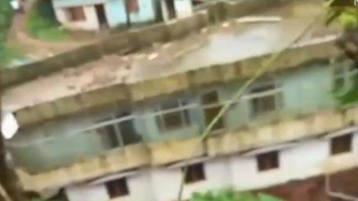 Momentul îngrozitor în care o casă o ia la vale cu zeci de oameni înăuntru (VIDEO)