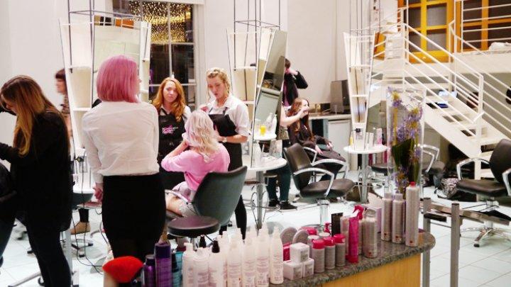 O femeie a suferit un atac cerebral după a petrecut mai multe ore într-un salon de frumusețe