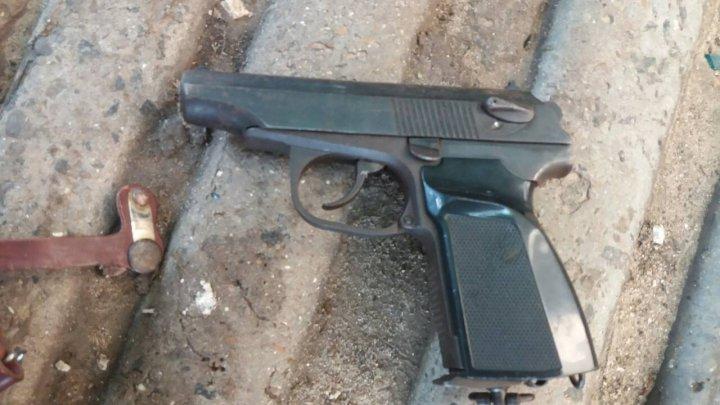 Poliţiştii de frontieră au confiscat arme şi unelte INTERZISE prin lege pentru electrocutarea peştelui (FOTO)