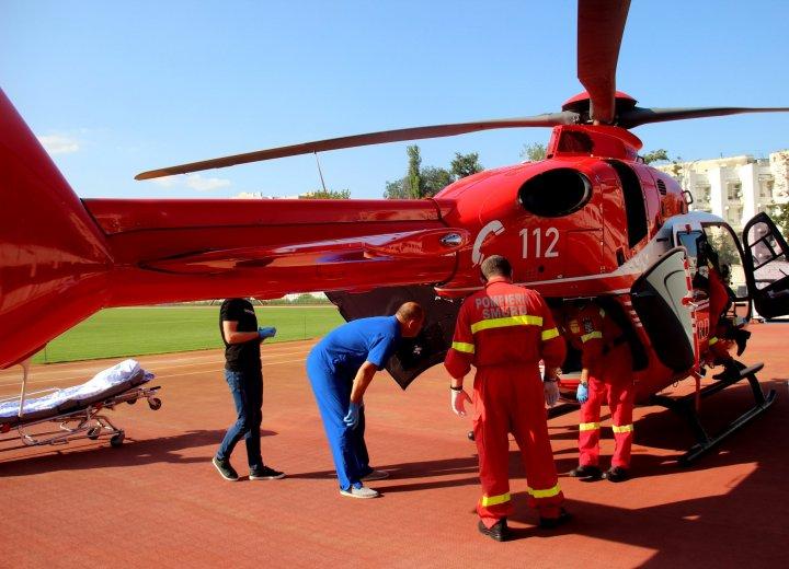 A căzut de la 4 metri înălţime. Un bărbat, transportat cu un elicopter SMURD din Sângerei la Chișinău (FOTO)