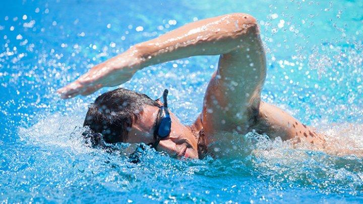 RECORD MONDIAL. Un britanic înoată de 74 de zile. Cu ce se alimentează acesta