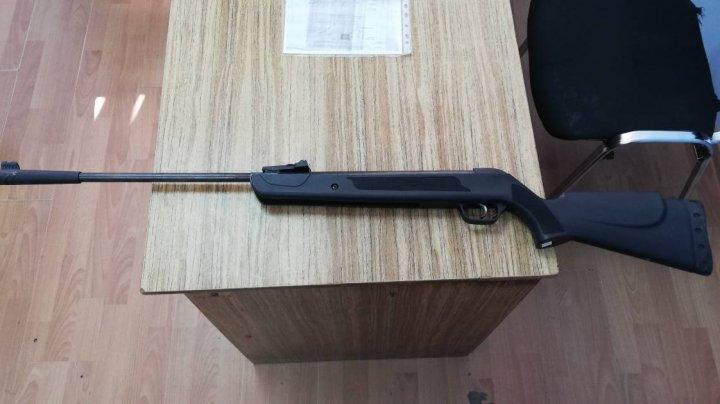 A crezut că va trece neobservat. Un moldovean nu a declarat arma la controlul vamal