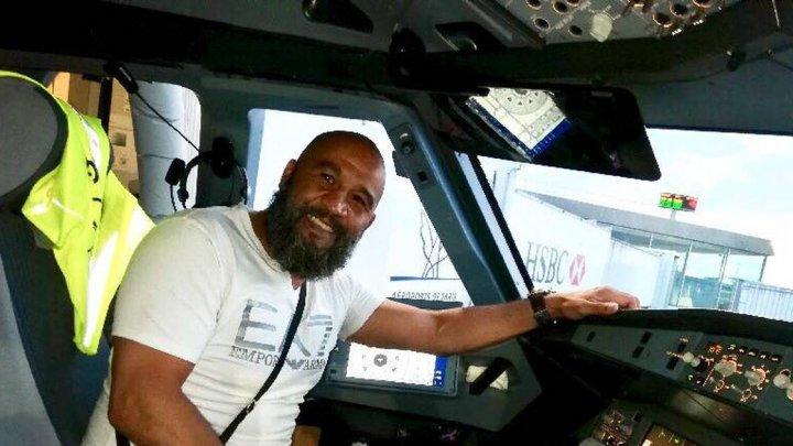 Un fost boxer a devenit erou după ce a oprit un bărbat care dorea să deturneze aeronava în care se aflau