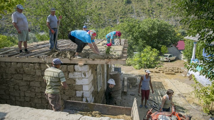 Cu dragoste pentru arhitectura tradițională! 20 de tineri din țară au învățat cum se construiesc casele moldovenești (FOTOREPORT)
