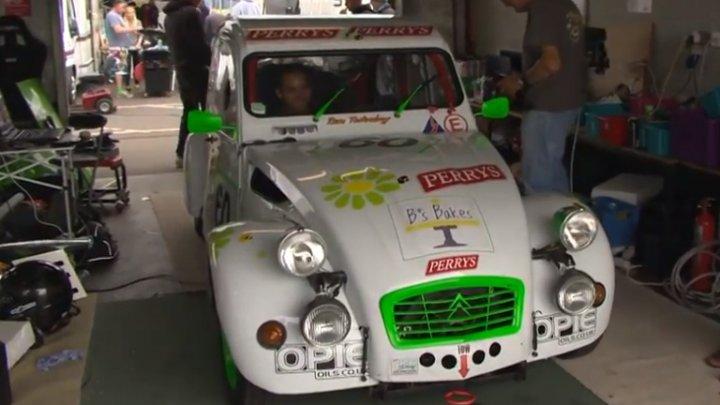 """CURSĂ SPECTACULOASĂ LA NORWICH! 27 de echipe au evoluat la cursa """"24 de ore Citroen 2CV"""""""
