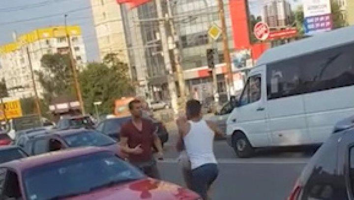 BĂTAIE pe strada Ismail din Capitală. Doi bărbaţi şi o femeie s-au luat la pumni în plin trafic (VIDEO)