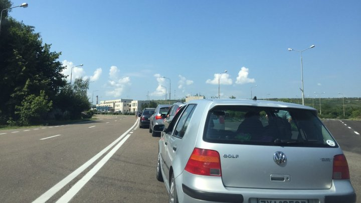 Cozi uriaşe la intrarea în România. Oamenii aşteaptă şi DOUĂ ORE pentru a intra în ţara vecină