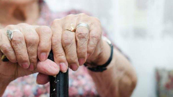 CLIPE DE GROAZĂ. Cum a scăpat cu viață o bătrână de 89 de ani, atacată de hoți, în România