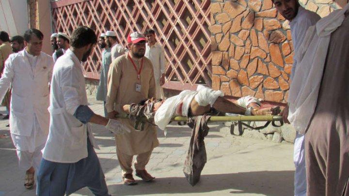 Bilanț nou în Afganistan: Cel puţin 68 de morţi în atacul-sinucigaş de marţi asupra unor manifestanţi