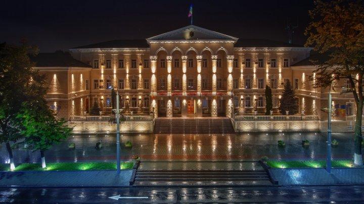 Una din cele mai frumoase clădiri din Chișinău, surprinsă de fotograful Alexandru Kiriak într-o noapte ploioasă (FOTO)