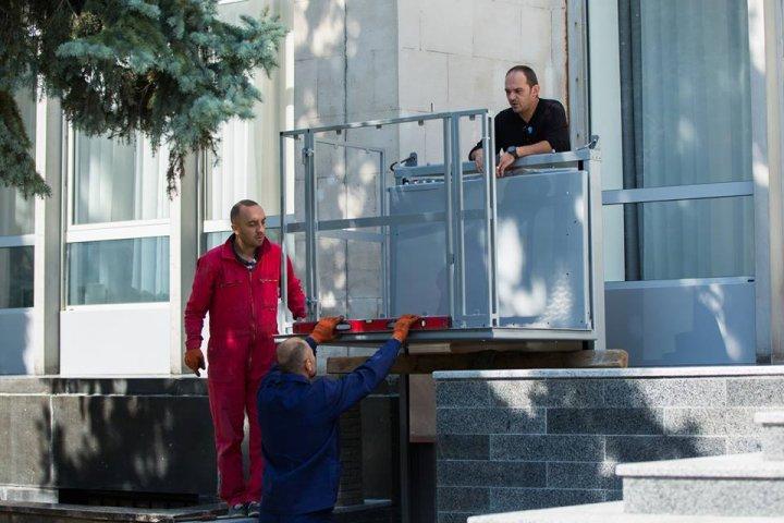 Acces pentru toţi la Guvern. Sunt instalate rampe speciale pentru persoanele cu nevoi speciale (FOTO)