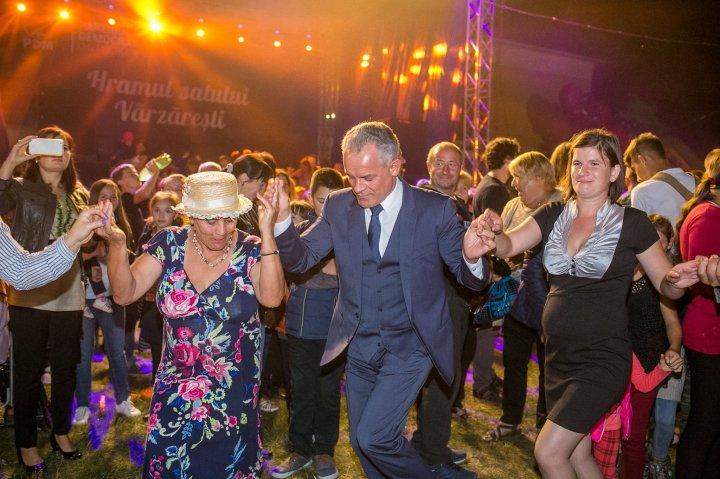 Vlad Plahotniuc la hramul localității Vărzăreşti. Liderul democrat i-a îndemnat să pună umărul la dezvoltarea localităţii (GALERIE FOTO)