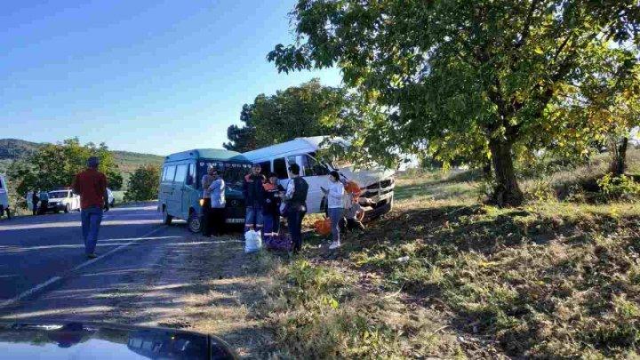 Accident grav la Leova. Un microbuz cu pasageri s-a tamponat cu un automobil (FOTO)