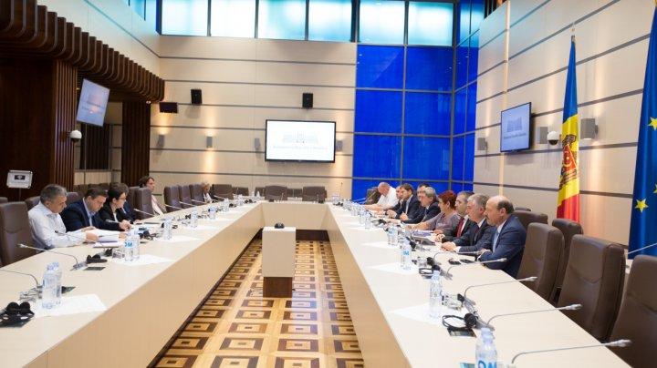 Legislaţia electorală, analizată de deputaţi, juriști și ONG-uri. Propunerile făcute de specialişti