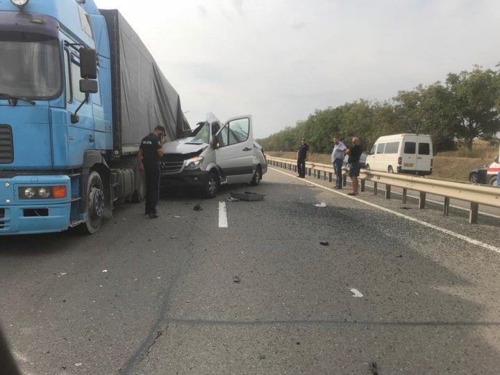 ACCIDENT CUMPLIT la Peresecina. Un microbuz s-a rupt în două după ce a intrat într-un TIR (VIDEO/FOTO)