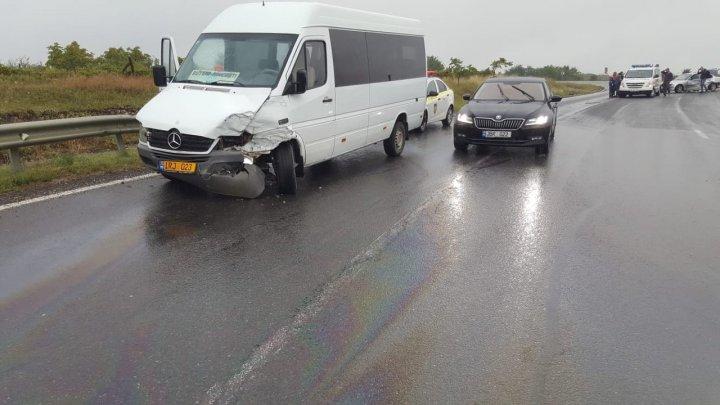 ACCIDENT GRAV cu implicarea unui microbuz de pe ruta Hânceşti-Buţeni. O persoană, transportată de urgenţă la spital (FOTO)