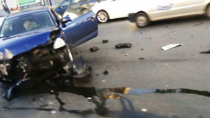 ACCIDENT CUMPLIT în centrul Capitalei. Ambulanţa şi Poliţia, la faţa locului (IMAGINI DE GROAZĂ)