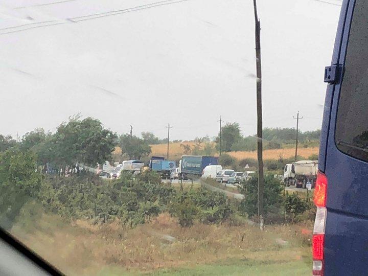 Grav accident la Peresecina. O autoutilitară s-a răsturnat în şanţ (FOTO)
