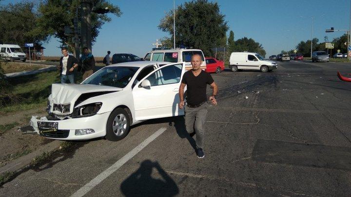 GRAV ACCIDENT la ieşirea din Capitală. Ambulanţa a intervenit de urgenţă (FOTO)