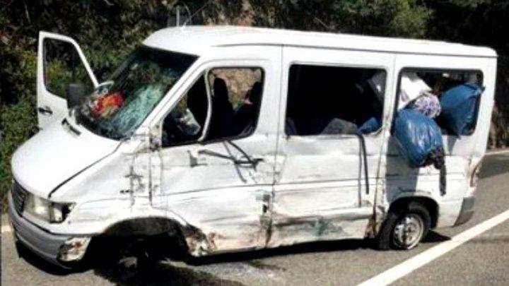 Accident GRAV în România. 13 oameni au fost răniţi, după ce un microbuz cu pasageri şi o autoutilitară s-au ciocnit