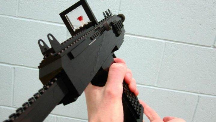 O armă din piese Lego a declanşat o operaţiune de amploare a poliţiei. Un tânăr este cercetat penal