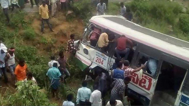 Cel puţin 45 de persoane au murit după ce un autobuz a căzut într-o prăpastie din sudul Indiei