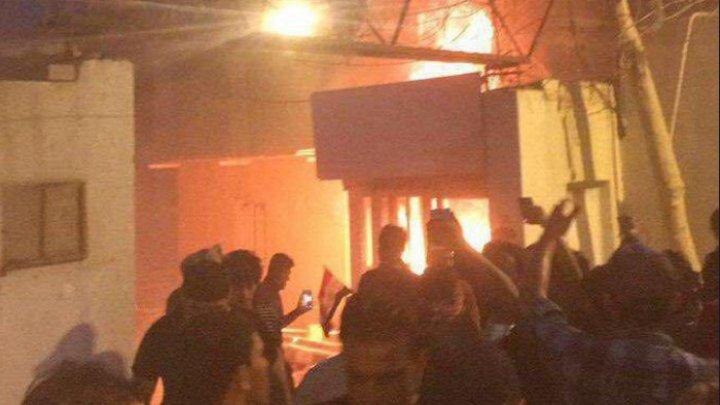 Consulatul iranian din oraşul irakian Basra, luat cu asalt şi incendiat de manifestanţi