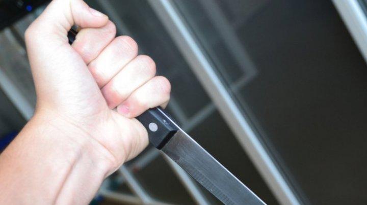 O minoră și-a înjunghiat iubitul cu un briceag. Tânărul este în stare gravă la spital